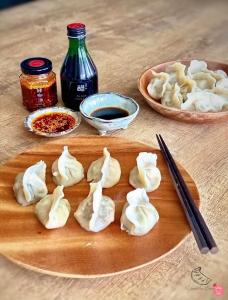 饺子皇后(Dumpling Queens)是马来西亚的自创品牌,主打纯手工制作的东北饺子。